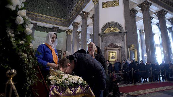 Тысячи прихожан РПЦ стоят в очередях к реликвиям в разгар пандемии