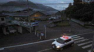 سيارة للشرطة اليابانية أمام منشأة لمعاقين ذهنيا خارج طوكيو