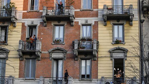Música y aplausos para sobrellevar el confinamiento en Europa