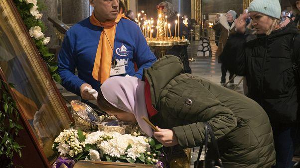 روسية تقبل ذخائر القديس يوحنا المعمدان