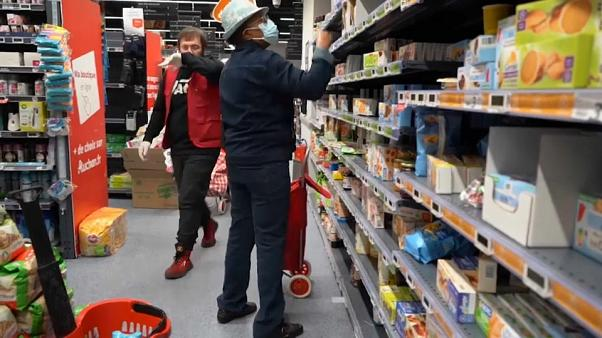 Folyamatos az ellátás, a hatóságok csillapítják a vásárlási pánikot Európában