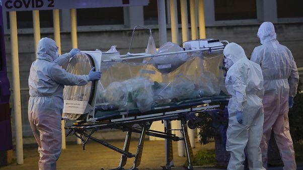 Casos de infeção e mortes associadas à pandemia continuam a aumentar em Itália