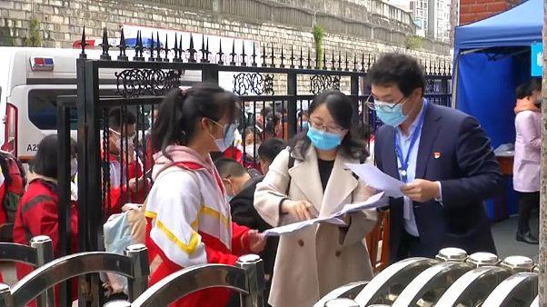 Estudantes chineses regressam à escola