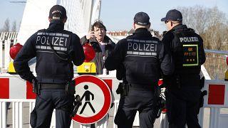 ضباط شرطة ألمان يمنعون امرأة من دخول ألمانيا على الحدود الألمانية الفرنسية في كيل، الإثنين 16 مارس 2020.