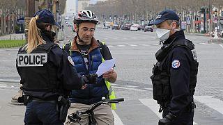 پلیس فرانسه مدارک یک شهروند را در بلوار شانزلیزه پاریس کنترل میکند