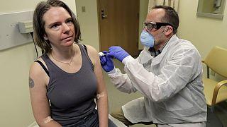 Дженнифер Хеллер - одна из добровольцев, кому была сделана прививка от коронавируса. Сиэтл, США.