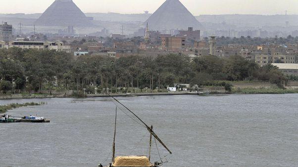 الاهرامات المصرية في الجيزة تطل على النيل
