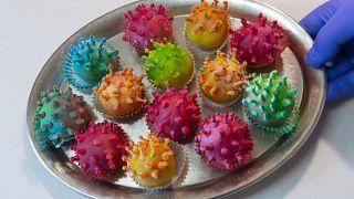 Мастер-кондитер Торстен Рот показывает созданный им десерт, вдохновленный коронавирусом.
