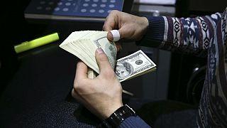 رکوردشکنی دلار در روزهای پایانی ۹۸؛ افت یکساله ارزش ریال از ۲۳ درصد گذشت
