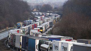 Coronavirus : embouteillages monstres aux frontières de l'Europe
