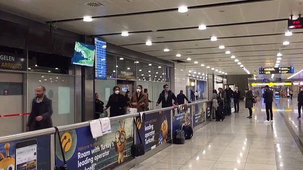 İngiltere'den gelen yolcunlar Sabiha Gökçen havalimanına indi