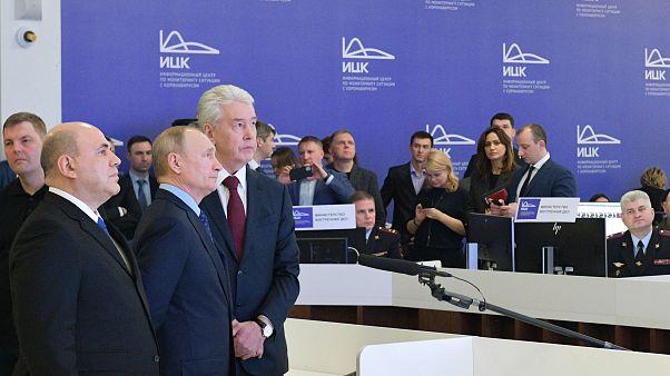Президент РФ Владимир Путин приехал в информационный центр по минторингу ситуации с коронавирусом.