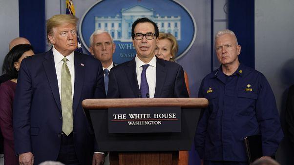 ABD Başkanı Donald Trump (solda) ve Hazine Bakanı Steven Mnuchin (ortada)