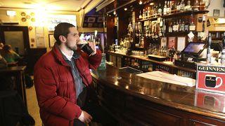 Pubban söröző férfi Észak-Írországban