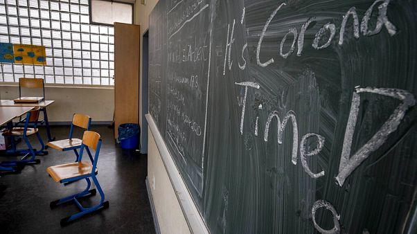 Üres tanterem a járvány miatt bezárt iskolák egyikében
