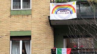 İtalyan halkı dayanışma ruhunu pencere ve balkonlara asılan gök kuşağı renkleriyle bezenmiş 'Her şey iyi olacak' pankartları ile gösteriyor