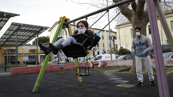 Un hombre y su hija jugando en un parque de la Roma en cuarentena