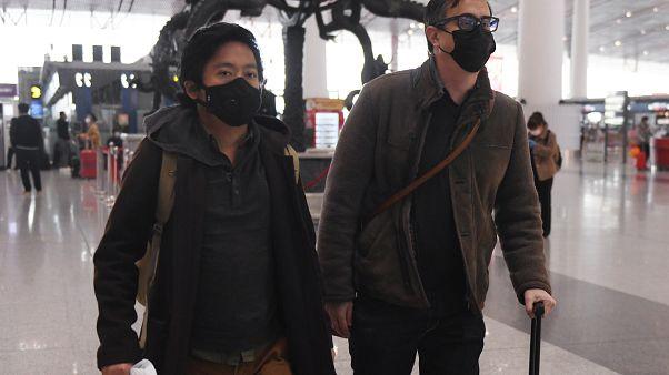 صحفيان من وول ستريت جورنال الأمريكية جوش تشين وفيليب فين في مطار العاصمة بكين بعد طردهما من الصين. 24/02/2020