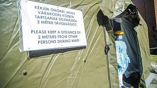 A budapesti Honvédkórház a távolság tartását kéri a várakozóktól