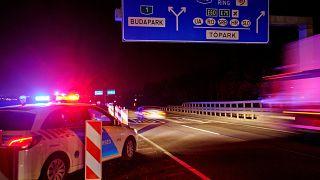 Koronavírus - Útlezárás a külföldi vendégmunkások átvonuló járművei előtt Budapestnél