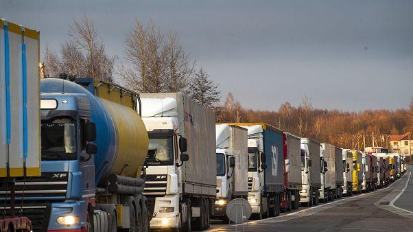 LKW warten in Litauen am Grenzübergang zu Polen.
