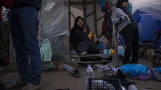 Yunanistan'ın Midilli Adası'ndaki Moria kampına sığınan düzensiz göçmenler