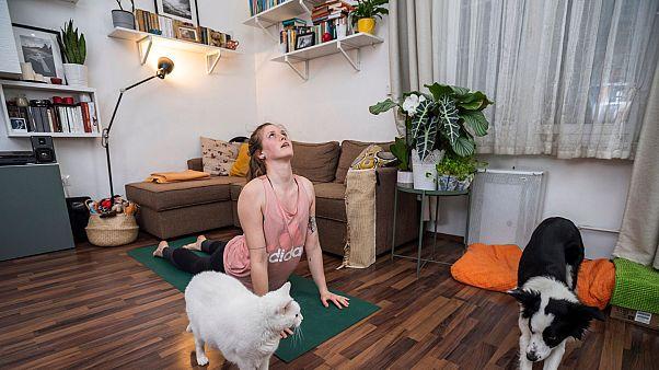 Kozma Kata jógaoktató a koronavírus-járvány terjedésének megfékezése érdekében online jógaórát tart budapesti lakásában 2020. március 17-én.