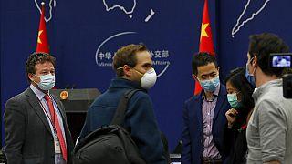 Periodistas estadounidenses tras la rueda de prensa del Ministerio de Exteriores chino