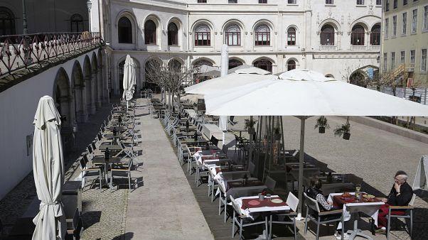 Пустые кафе в Португалии