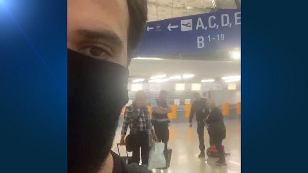 لحظهای که پلیس چمدان شهروند ایرانی را با پا هل میدهد