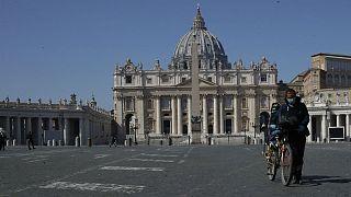 Praça de São Pedro, no Vaticano, ilustra a tristeza que se vive em Itália