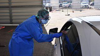 Drive-In-Tests gibt es mittlerweile in vielen Städten in Deutschland, 5-10 Minuten dauert der Termin pro Patient.