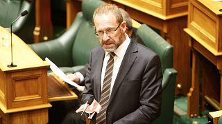 Le ministre néo-zélandais de la Justice  Andrew Little parle pendant le vote sur la dépénalisation de l'avortement, le 18 mars 2020.