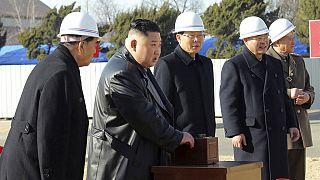 Észak-Korea vezetője, Kim Dzsongun az új phenjani kórház alapkőletételénél