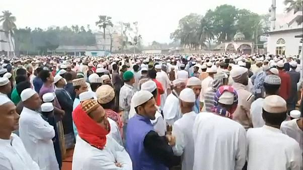 Bagladeş'de on binlerce insan ülkeyi koronavirüsten korumak için toplu dua etti