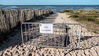 Barrière interdisant l'accès à une plage de l'île de Ré, dans le département français de Charente-Maritime, le 18 mars 2020.