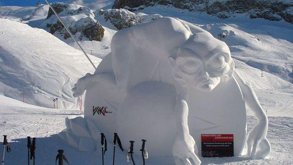 """نحت جليدي من عمل النحات الإيطالي إيفو بيازا ورين كاسلاتير """"فشل الأرض"""" في منتجع إيشغل للتزلج على الجليد في النمسا 17/01/2009"""