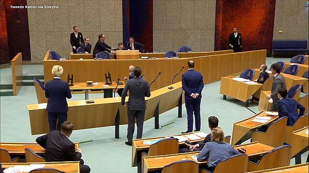 وزیر بهداشت هلند در جلسه پارلمان درباره کرونا از خستگی غش کرد