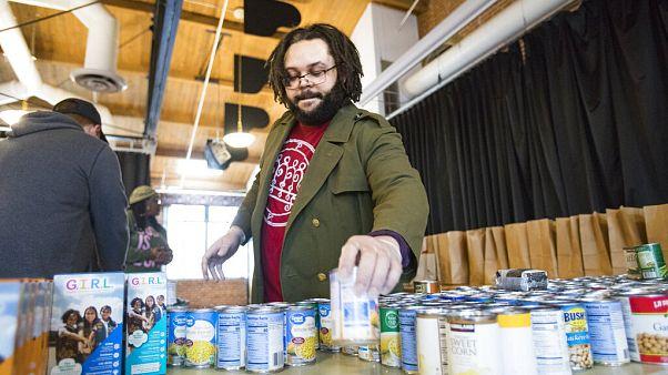 Segélycsomagot állít össze egy férfi Tennessee-ben a munkából kieső rászorulók javára