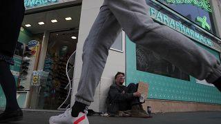 مشرد في العاصمة الفرنسية باريس جالساً أمام إحدى الصيدليات