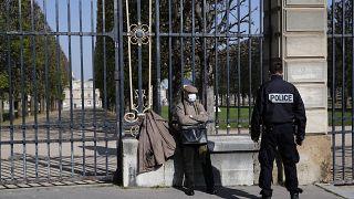 عنصر من الشرطة ورجل في العاصمة الفرنسية باريس