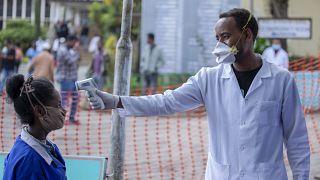Etiyopya'nın başkenti Addis Ababa'da koronavirüs kontrolü yapan bir sağlık görevlisi