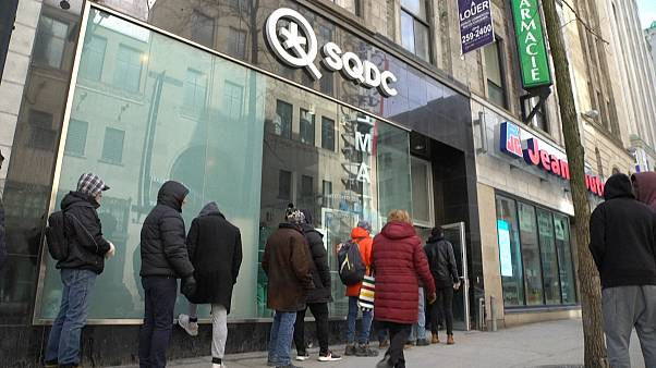Kanadalılar, Covid-19 önlemlerine karşı esrar mağazaları önünde kuyruk oluşturuyor