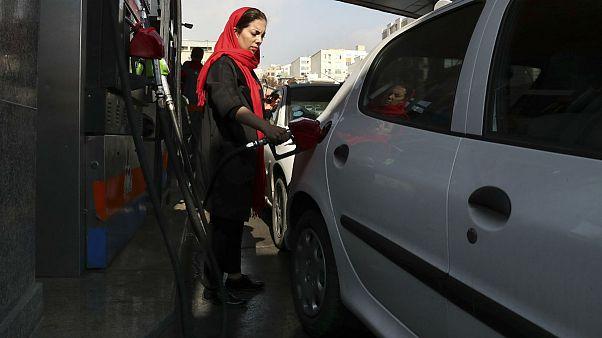سقوط قیمت جهانی نفت؛ چالش جدید دولت ایران: گرانفروشی یا آزادسازی بنزین؟
