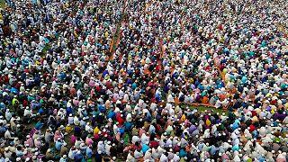 ذعر ورعب في بنغلاديش بعد أداء آلاف المسلمين صلاة لإنهاء كورونا