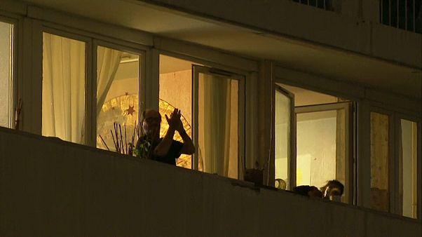 کفزدن مردم برای پزشکان در فرانسه و سوییس