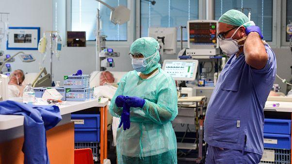 Des médecins de l'unité de soins intensifs de l'hôpital de Brescia, en Lombardie, le 17 mars 2020