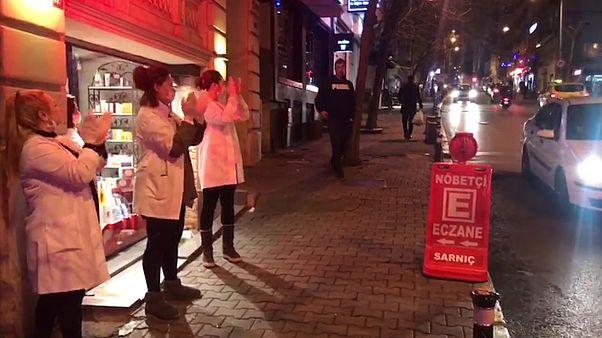 İstanbul sağlık çalışanlarını alkışladı