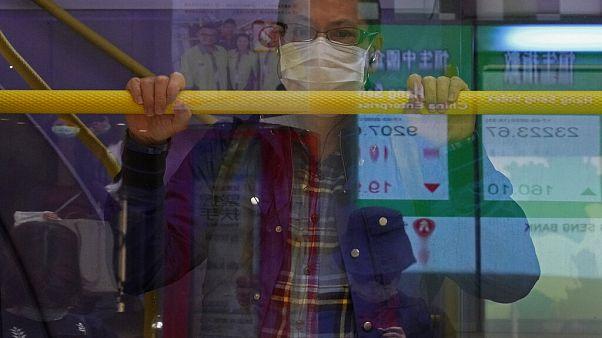 Ein Mann in einem Bus in Hongkong, 17. März 2020.