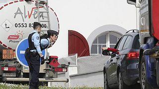 پلیس فرانسه گواهی خروج رانندگان کنترل میکند، پاریس، مارس ۲۰۲۰